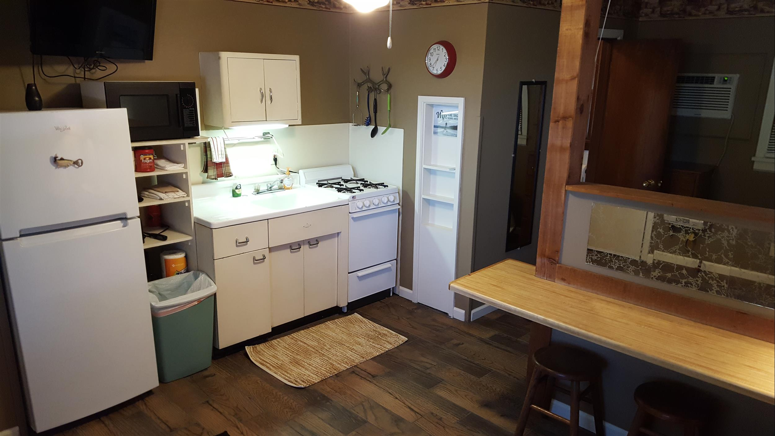 CABIN 4 KITCHENETTE