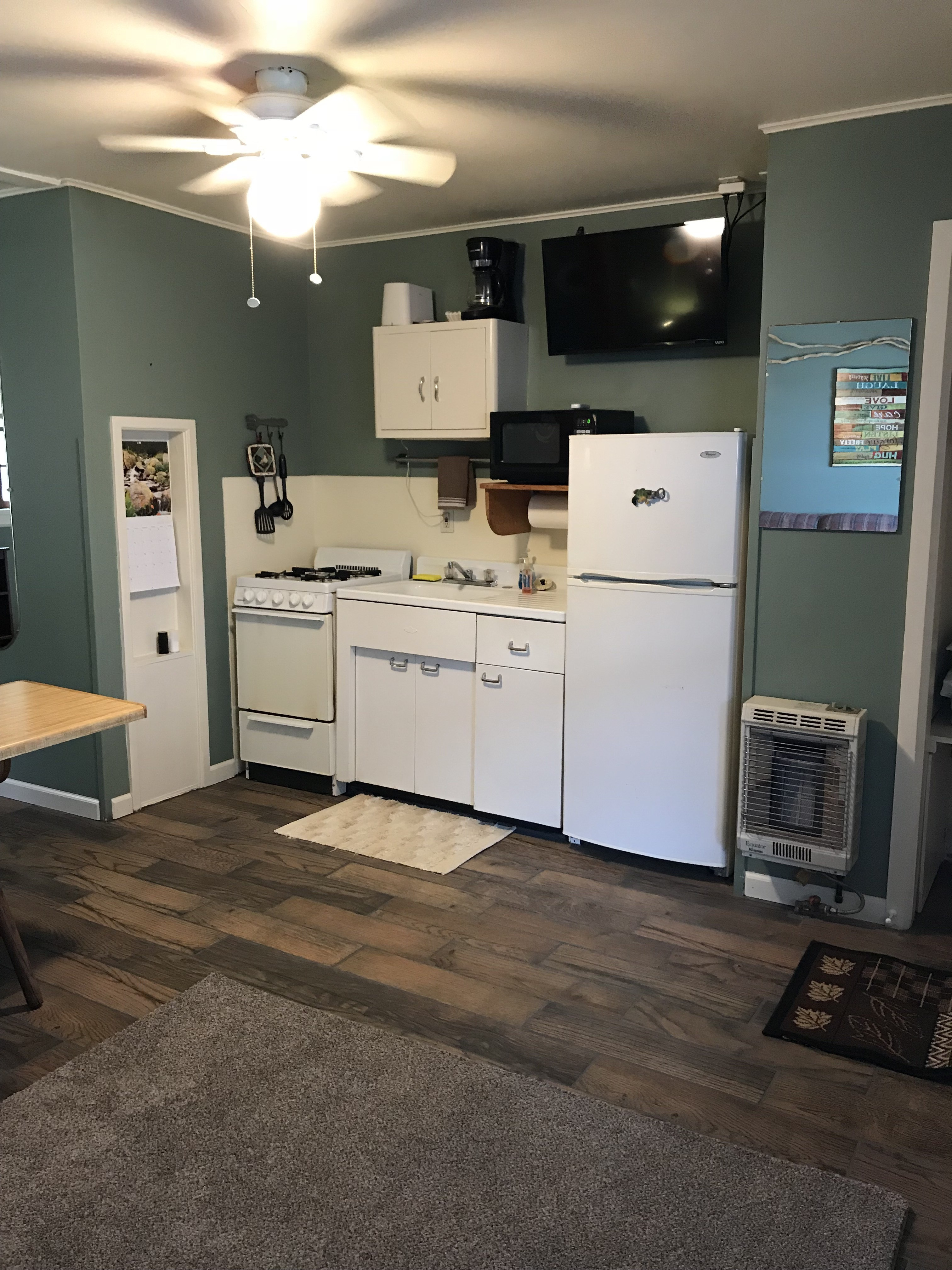 CABIN 3 KITCHENETTE